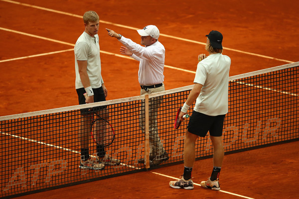 The chair umpire tries to explain to Kyle Edmund (left) why he lost the controversial point at 5-5, 30-all in the second set. Photo: Clive Brunskill/Getty Images