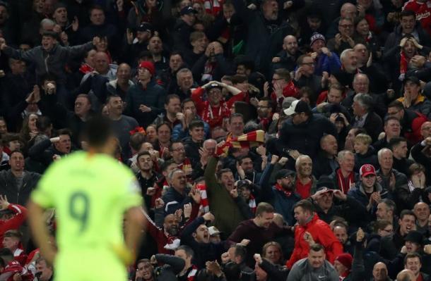 Luiz Suarez lamentando o gol sofrido, com a torcida do Liverpool comemorando ao fundo. (Foto: UEFA)