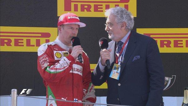 Räikkönen ao lado de Placido Domingo na entrevista do pódio (Foto: Divulgação/F1)