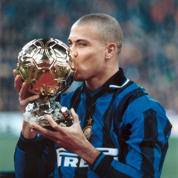 Ronaldo e a Bola de Ouro, vencida em 1997 pelo brasileiro (Foto: Reprodução/Inter de Milão)