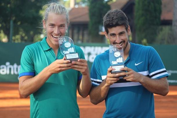 Dupla brasileira com o troféu (Foto: Punta Open)