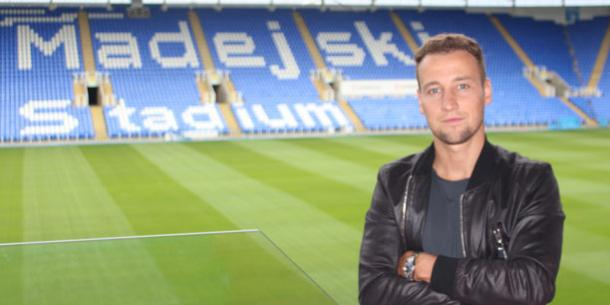 Beerens poses at the Madejski Stadium. | Image credit: Reading FC