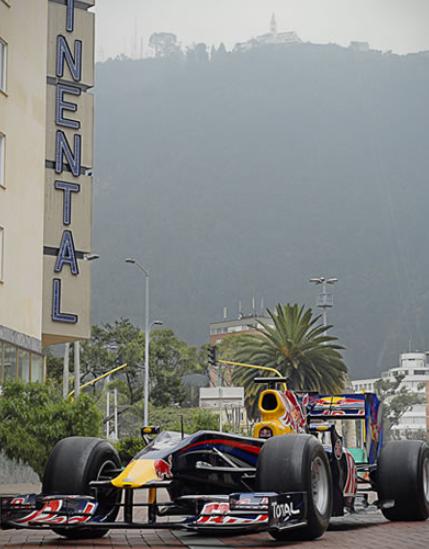 Una auténtica postal: Monserrate como sínbolo tradicional, y la modernidad de un auto Formula 1 en Bogotá. Imagen: colombia.com