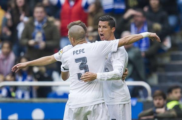 Ronaldo abbracciato da Pepe e Kroos dopo il primo gol al Riazor. Fonte: Getty Images.