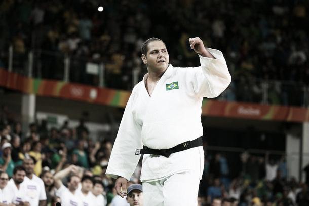 Rafael Silva comemora conquista do bronze (Foto: Reprodução/ Jornal do Brasil)