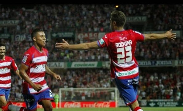Rochina celebra su primer tanto con el Granada. | Foto: Antonio L.Juárez