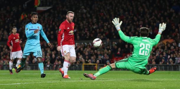 Wayne Rooney define ante el Feynoord. Fotografía/ Getty Images