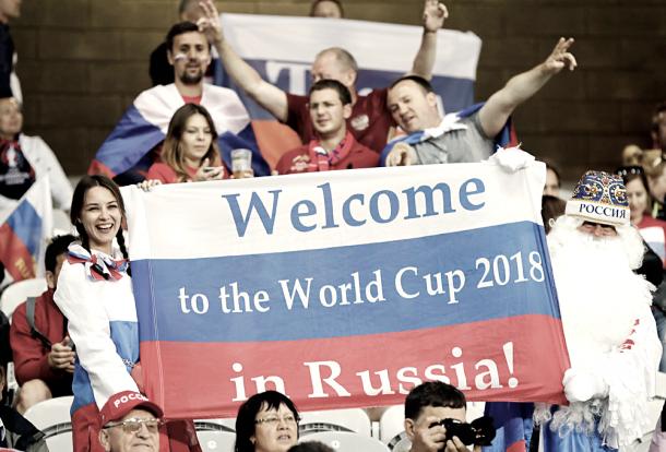 Hinchas rusos dándole la bienvenida al mundo. Foto: rbth.com