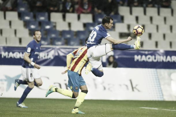 Linares controla un balón frente al Levante | Foto: Real Oviedo