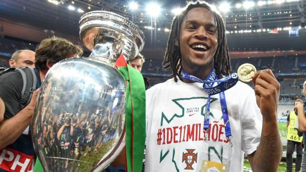Sanches celebrates European glory. | Image source: Bundesliga.com