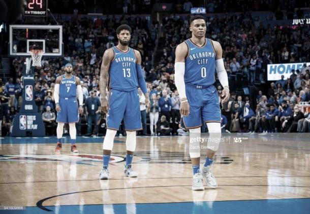 Carmelo Anthony, Paul George y Russell Westbrook, durante un partido de la temporada 2017-2018 | Foto: Zach Beeker, GettyImages