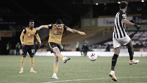 Raúl Jiménez gol ante Newcastle. Foto: Premier League