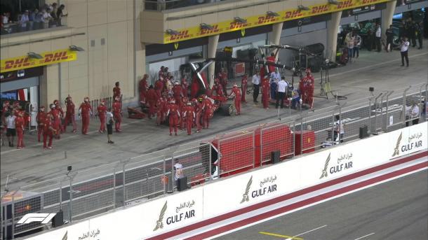 Em incidente nos boxes, Räikkönen abandonou e um mecânico da Ferrari quebrou a perna (Foto: Reprodução/F1)