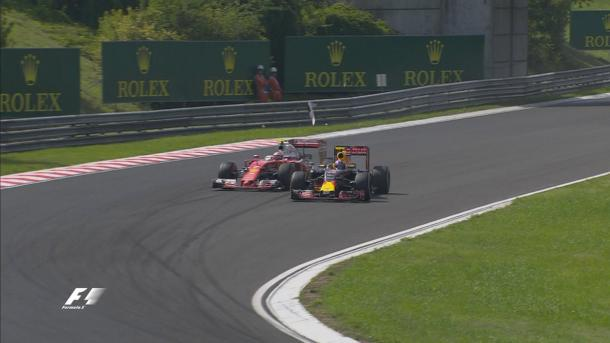O momento do toque entre Räikkönen e Verstappen (Foto: Divulgação/F1)