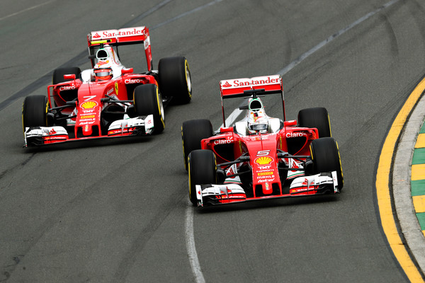 Kimi Raikkonen (esq.) e Sebastian Vettel (dir.) seguem na Ferrari (Foto: Mark Thompson/Getty Images)