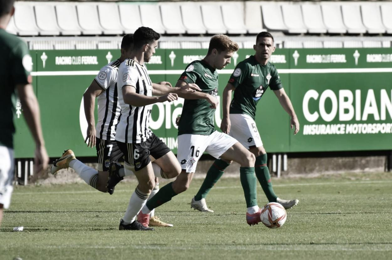 Gorka Pérez defendiendo a Fran Manzanara durante la primera parte// Foto: Racing de Ferrol