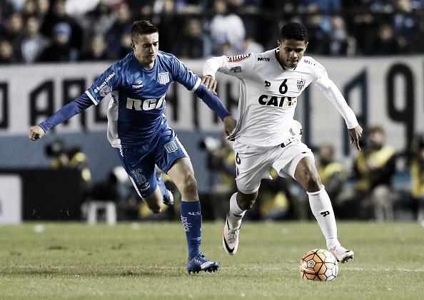 Douglas Santos teve muito trabalho no primeiro tempo (Foto: Gabriel Rossi/LatinContent/Getty Images)