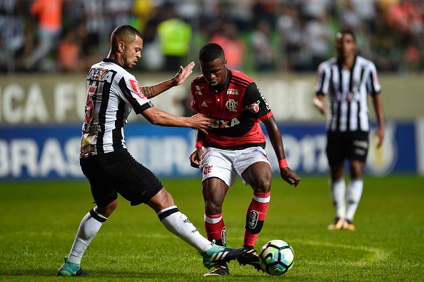 Mais um desarme: Rafael Carioca faz o corte e impede o avanço de Vinícius Júnior (Foto: Pedro Vilela/Getty Images)