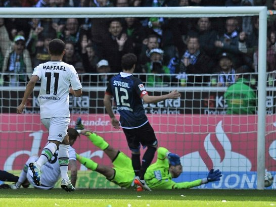 Raffael nets his 14th Bundesliga goal of the season. Image credit: Kicker - Getty