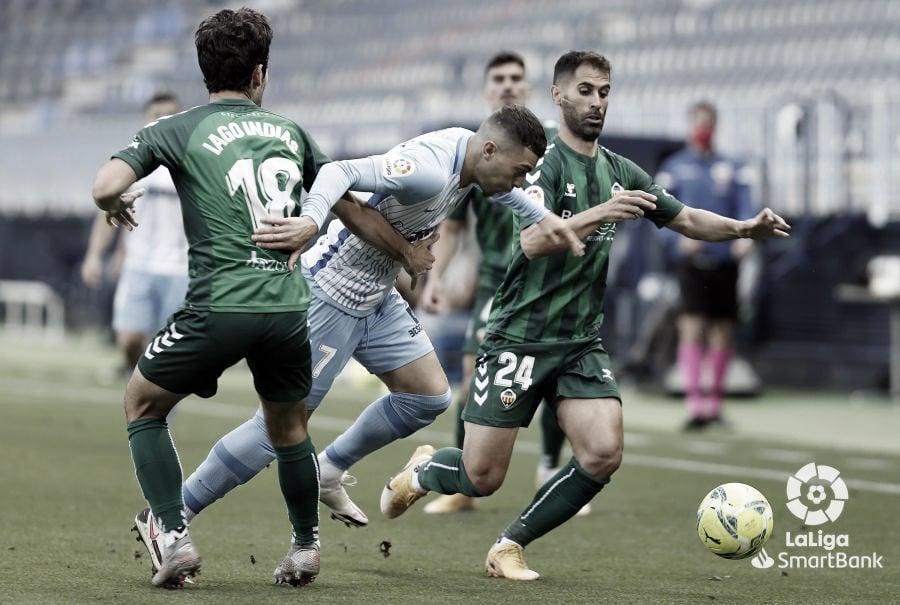 Yanis Rahmani en la lucha por un balón. / Foto: LaLiga.