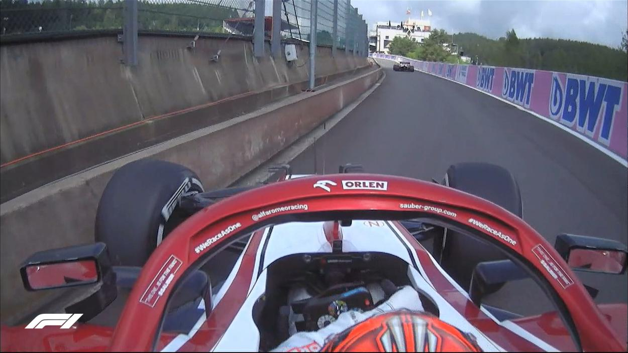 Raikkonen topando a la entrada del pit lane. (Fuente: Twitter @F1)