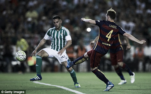 Above; Ivan Rakitic strikes home in Barceloan's 1-0 win over Real Betis | Photo: Getty Images
