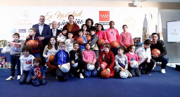 Los niños con los jugadores del Real Madrid | Foto: Realmadrid.com