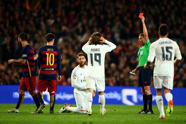 Árbitro mostra cartão vermelho a Sergio Ramos após zagueiro cometer falta em Suárez (Foto: Paul Gilham/Getty Images)