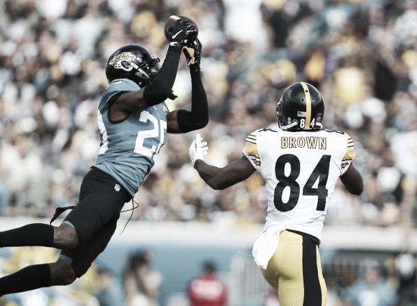 Jalen Ramsey intercepta el pase fallido de Roethlisberger ante la mirada de Brown (Imagen: Jaguars.com)