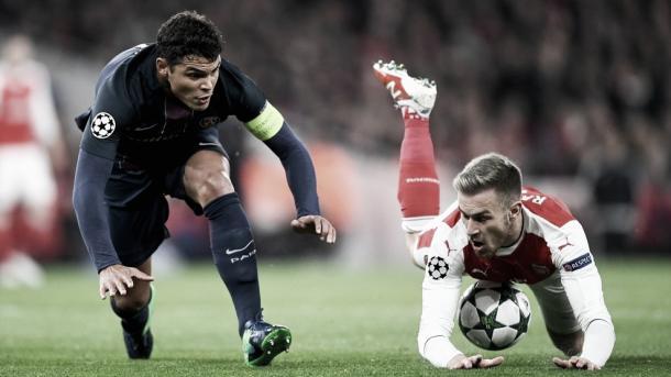 Thiago Silva y Aaron Ramsey pugnan por un balón durante el partido. (Foto: Getty Images)
