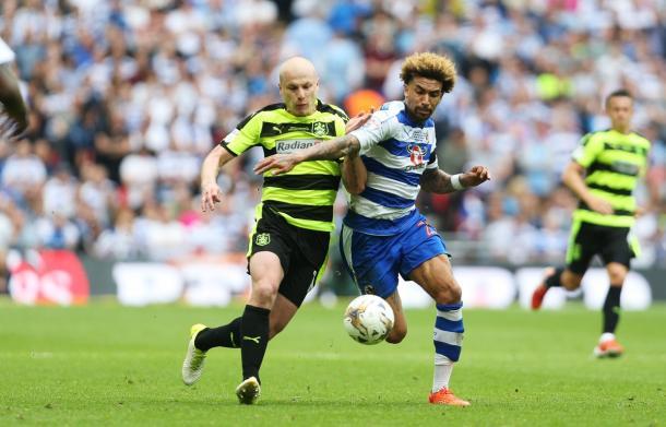 Spalla a spalla tra Mooy e Williams. | Fonte immagine: Twitter @ReadingFC