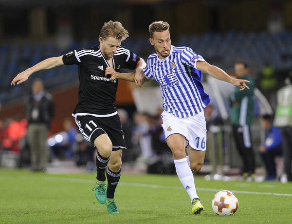 Canales pugnando un balón con un rival. Foto: UEFA