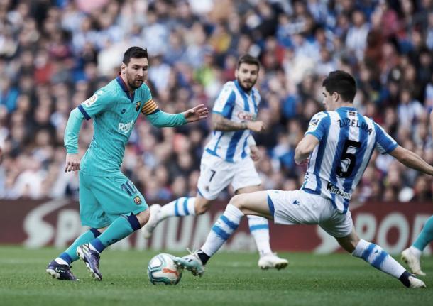 Leo Messi encara a un Igor Zubeldia que recuperó la bola ante el argentino. Foto:// Real Sociedad