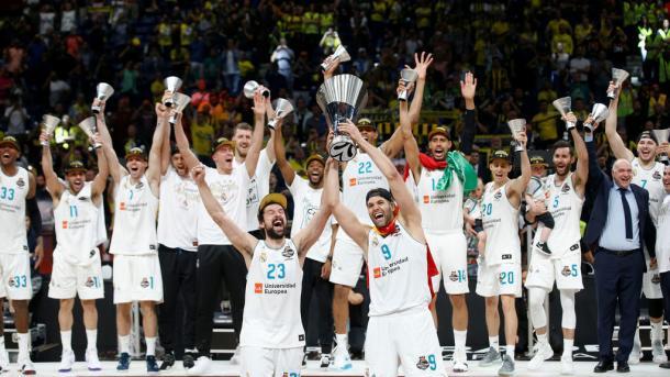 Llull y Reyes levantando la 10ª Copa de Europa en Belgrado | Foto: ACB.com