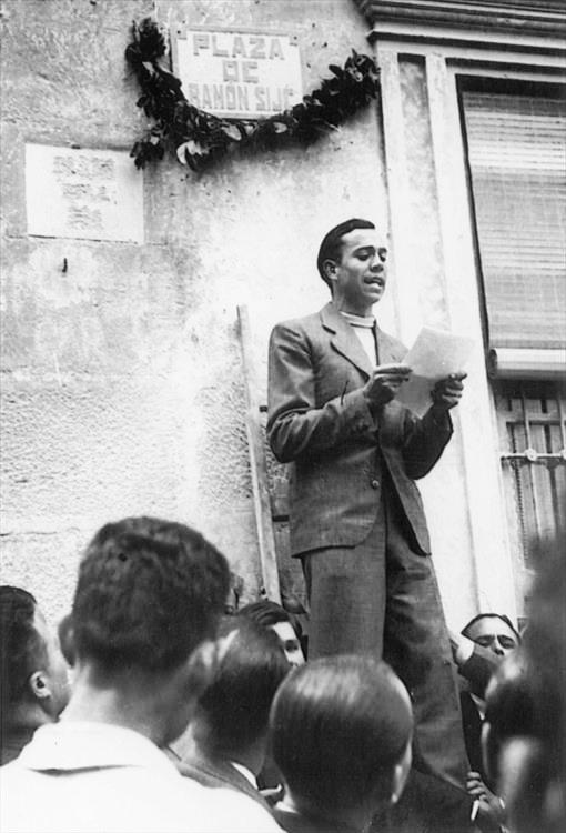 El joven poeta recitando un manifiesto frente a una gran multitud. Fuente: El Mundo
