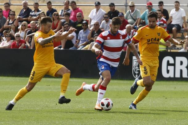 Jean Carlos se marcha de dos jugadores del UCAM | Foto: Antonio L. Juárez