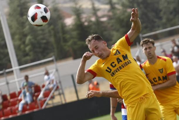 Migue García cabecea un balón | Foto: Antonio L. Juárez