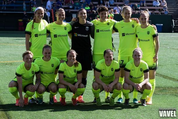 Seattle Reign players gather for a team photo before their home opener against Sky Blue FC. The Reign will look to bounce back from their opening weekend home loss | Brandon Farris - VAVEL USA