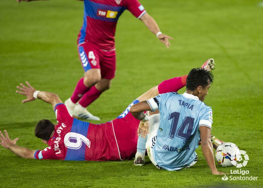 Renato Tapia recupera un balón ante Lucas Boyé | Imagen: LaLiga