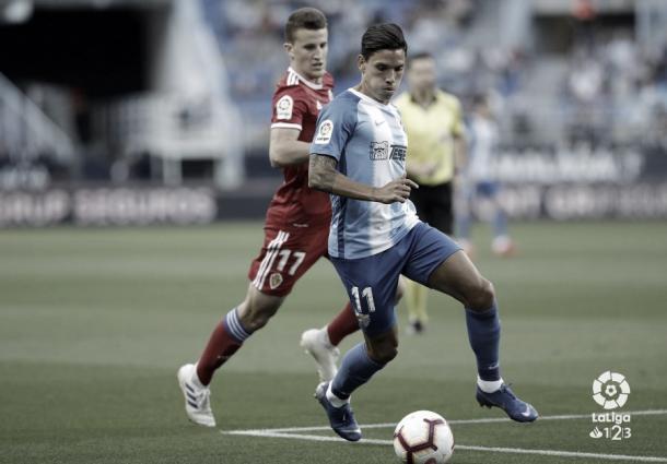 Renato Santos conduciendo el esférico | Fotografía: La Liga