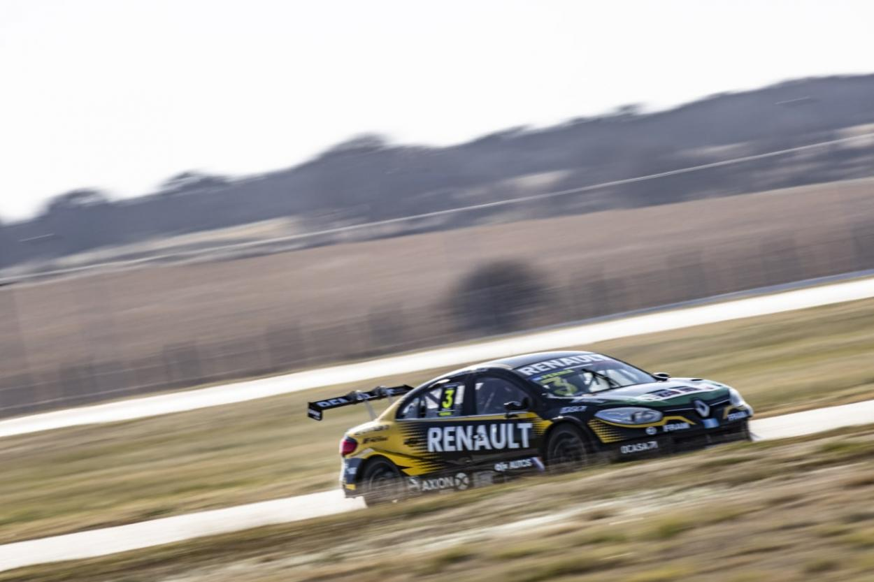 El Renault del campeón Leonel pernia a maxima velocidad en la Pampa: Foto STC2000