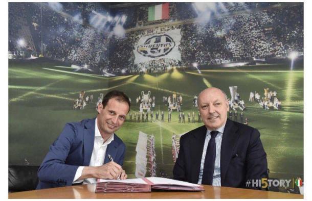 Allegri assina a renovação de contrato ao lado de Beppe Marotta, diretor esportivo da Juventus (Foto: Divulgação/Juventus)