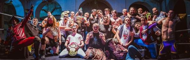 Foto final del evento con todos los luchadores en el ring | Fuente: Triple W