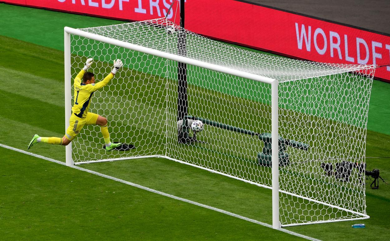 Marshall no llega a tiempo para evitar el golazo de Schick   Imagen: UEFA