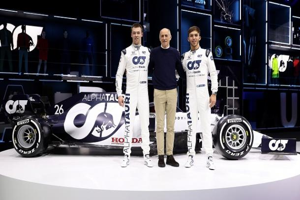 Daniil  Kvyat, Franz Tost (jefe de equipo), y Pierre Gasly posando junto al AT01. Fuente: Toro Rosso