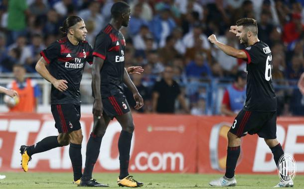 Rodríguez (à esq.) celebra seu gol de falta com os companheiros de time (Foto: Divulgação/AC Milan)