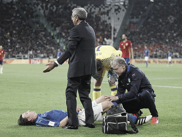 Montolivo recebe atendimento médico no gramado do Juventus Stadium, depois de levar a pior em dividida com Ramos (Foto: Paolo Bruno/Getty Images)