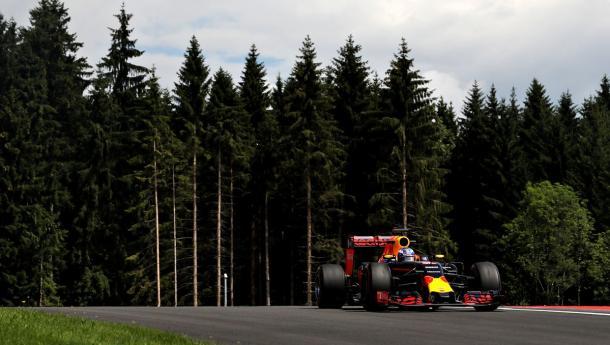 Além das Ferraris, as Red Bulls também fizeram voltas com pneus supermacios no Q2 (Foto: Divulgação/Red Bull)