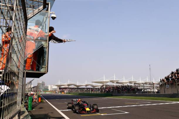 Momento em que Ricciardo recebe a bandeirada para vencer na China (Foto: Lars Baron/Getty Images)