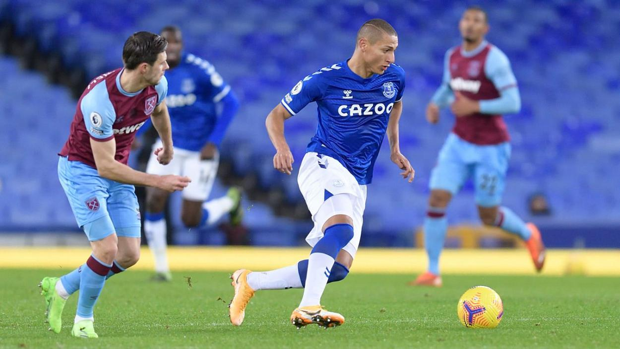 Richarlison defendido por Aaron Cresswell. Fuente: Premier League